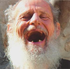 Tetap tertawa meski menapak usia senja