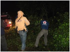 Relawan PMI Membuka Akses Jalan, memotong pohon tumbang.